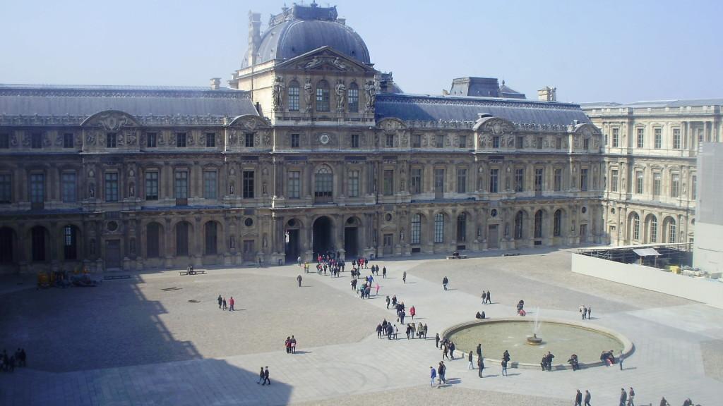 Лувр - сокровищница произведений искусства в Париже