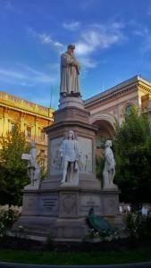 Памятник Леонардо да Винчи напротив театра Ла Скала